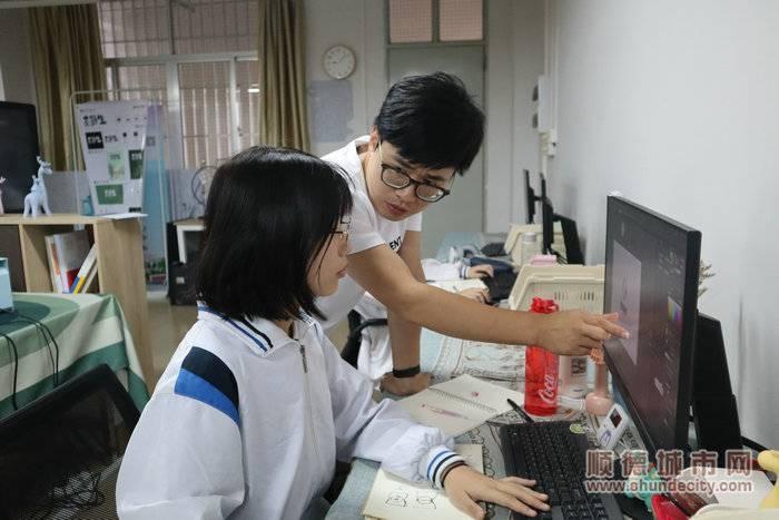 武青帅正在指导参加竞赛的学生。.JPG