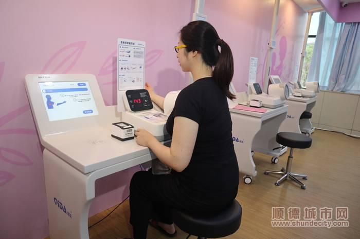 产科智慧医疗一体化的首批体验者在自助进行血液测量。.jpg
