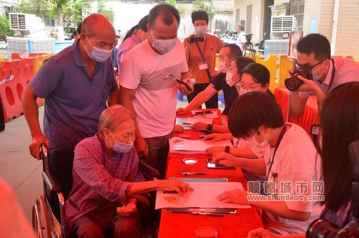 村民積極參加表決。.jpg