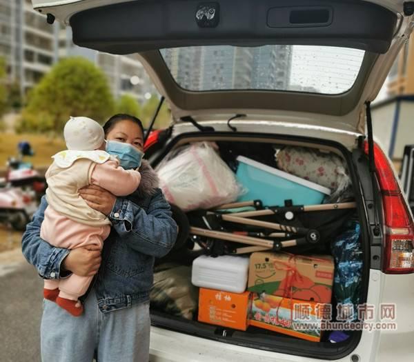 初一的清晨,王小洪抱着五个月大的女儿准备出发_副本_副本.jpg