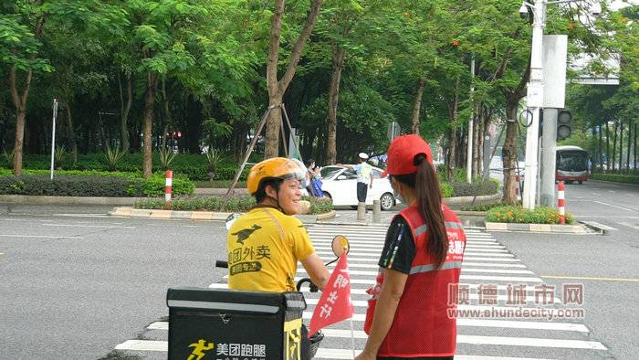 图三:北滘志愿者提醒外卖小哥骑车要戴好头盔_副本.jpg