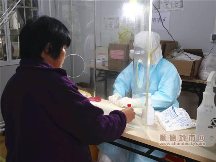 医生为患者采集咽拭子.jpg