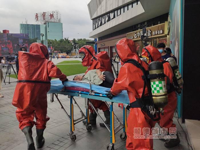 消防员成功救助因吸入燃气晕倒而人员.jpg
