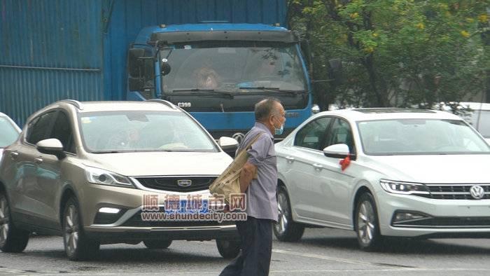 图四:来往车辆主动停车礼让行人_副本.jpg