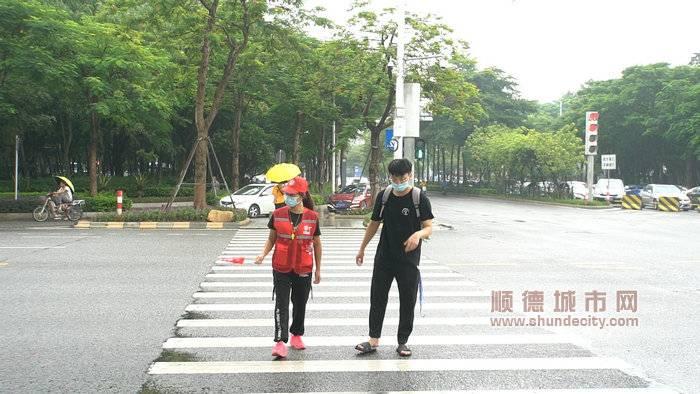 图二:北滘志愿者示意车辆礼让受伤市民_副本.jpg
