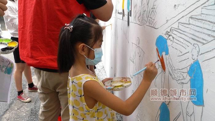 图五:党员志愿者与小画家一起共建美丽社区_副本.jpg