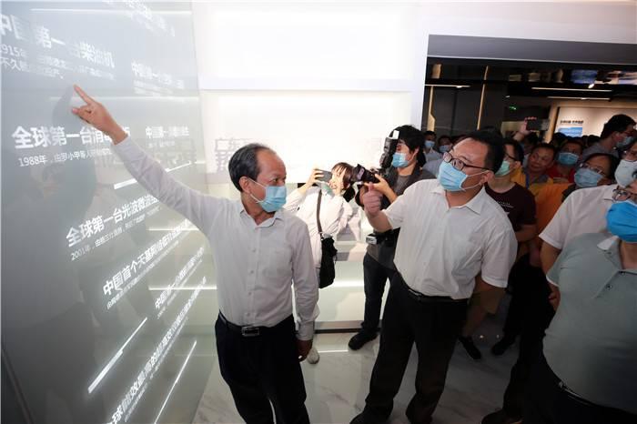 """郭文海書記指著記載著一個個順德制造的""""全球第一""""、""""中國第一""""等重磅產品的歷史墻,要求企業家繼續發揚""""順德制造,中國驕傲""""的精神。.JPG"""