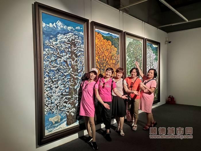 参观油画展的市民拍照留念。.jpg